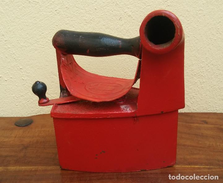 ANTIGUA PLANCHA DE CARBÓN, TIPO CHIMENEA. (Antigüedades - Técnicas - Planchas Antiguas - Carbón)