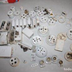 Antigüedades: LOTE MATERIAL ELECTRICO CERAMICA 50 PIEZAS, PLOMOS, ENCHUFES, AISLADORES, Y OTROS. Lote 195502613