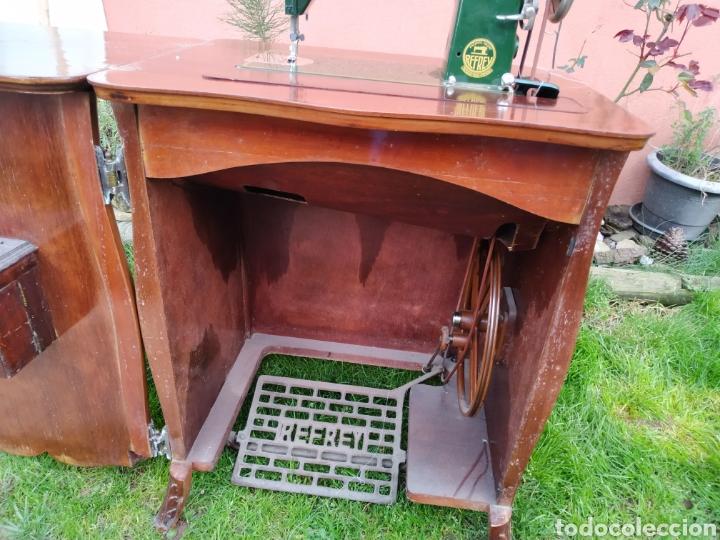 Antigüedades: Maquina de coser Refrey , con mueble precioso - Foto 22 - 195529665