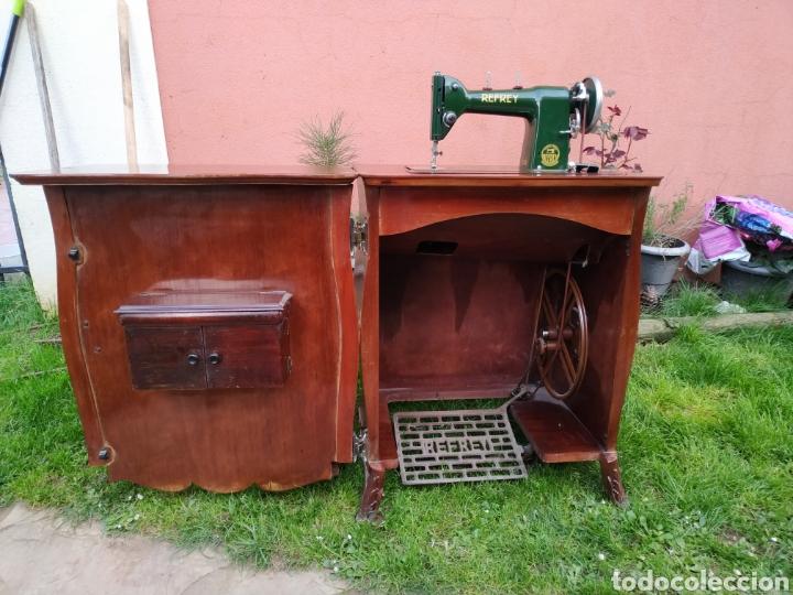 MAQUINA DE COSER REFREY , CON MUEBLE PRECIOSO (Antigüedades - Técnicas - Máquinas de Coser Antiguas - Refrey)