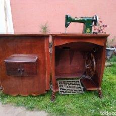 Antigüedades: MAQUINA DE COSER REFREY , CON MUEBLE PRECIOSO. Lote 195529665