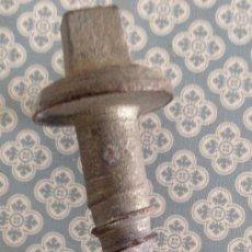 Antigüedades: TORNILLO DE TRAVIESAS DE FERROCARRIL. Lote 195551145