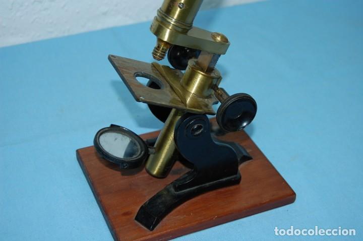 Antigüedades: MICROSCOPIO LATON CON BASE DE MADERA - Foto 2 - 195653243