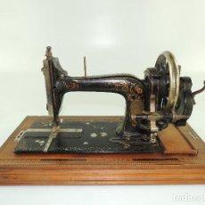 Antiquités: ANTIGUA MÁQUINA DE COSER MANUAL FABRIK MARKE CON HERMOSAS DECORACIONES. Lote 195850043