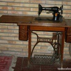 Antigüedades: MÁQUINA DE COSER MARCA SINGER CON MUEBLE DE MADERA. Lote 195947742