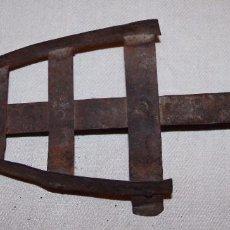 Antigüedades: ANTIGUO SOPORTE PARA PLANCHA EN HIERRO / FORJA 29CM.. Lote 195947993
