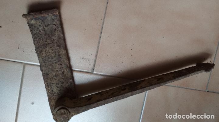 Antigüedades: BISAGRA,AGUAZA HIERRO FORJA ANTIGUA PARA PORTON. - Foto 2 - 195973358