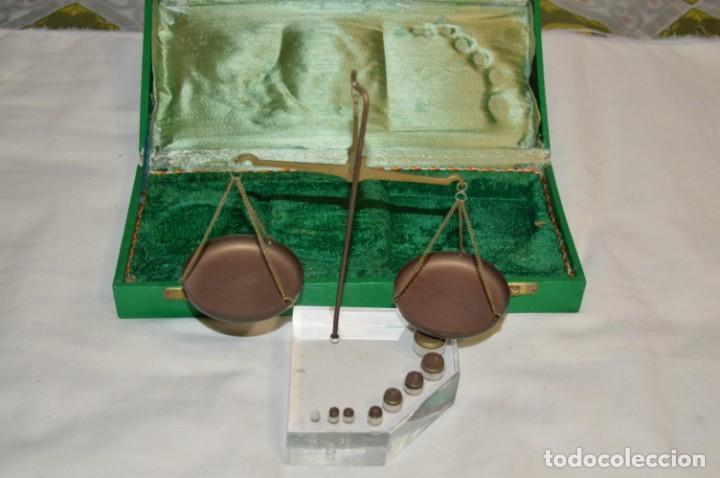 ANTIGUA BALANZA / PESO EN MINIATURA - DE METAL Y ESTUCHE MADERA / UNA JOYA - PRECIOSA - ¡MIRA FOTOS! (Antigüedades - Técnicas - Medidas de Peso - Balanzas Antiguas)