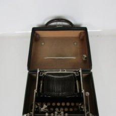 Antigüedades: MAQUINA DE ESCRIBIR - CORONA TYPEWRITERS, USA - PEQUEÑA, PLEGABLE , CON FUNDA - IMPECABLE - 1917. Lote 196080490