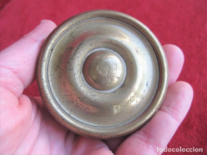 Antigüedades: POMO, TIRADOR DE PUERTA EN BRONCE Y LATÓN, CIRCA 1900. MIDE 7 CM DE DIÁMETRO - Foto 3 - 196140162