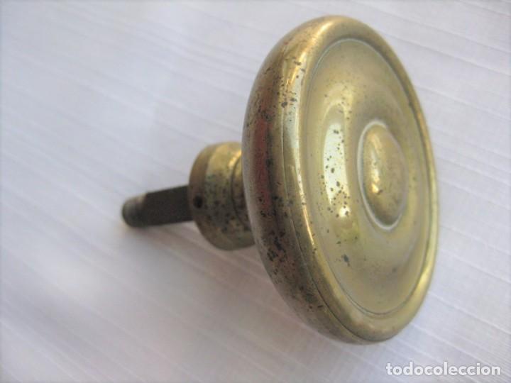 Antigüedades: POMO, TIRADOR DE PUERTA EN BRONCE Y LATÓN, CIRCA 1900. MIDE 7 CM DE DIÁMETRO - Foto 5 - 196140162
