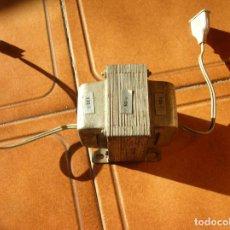Antigüedades: TRANSFORMADOR DE 125 A 220 DE METAL DE RADIOS ANTIGUAS FUNCIONANDO. Lote 196244805