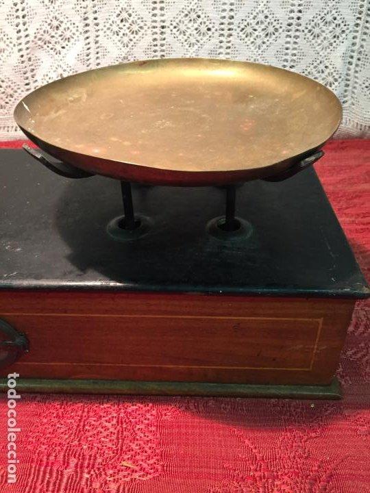 Antigüedades: Antigua báscula / balanza de madera y lata con platos de latón años 20-30 - Foto 3 - 196302778