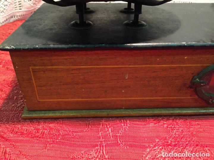 Antigüedades: Antigua báscula / balanza de madera y lata con platos de latón años 20-30 - Foto 8 - 196302778