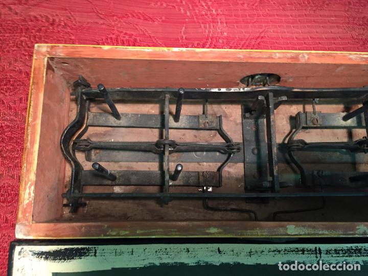 Antigüedades: Antigua báscula / balanza de madera y lata con platos de latón años 20-30 - Foto 10 - 196302778