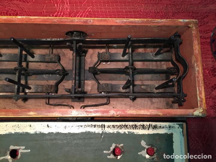Antigüedades: Antigua báscula / balanza de madera y lata con platos de latón años 20-30 - Foto 11 - 196302778