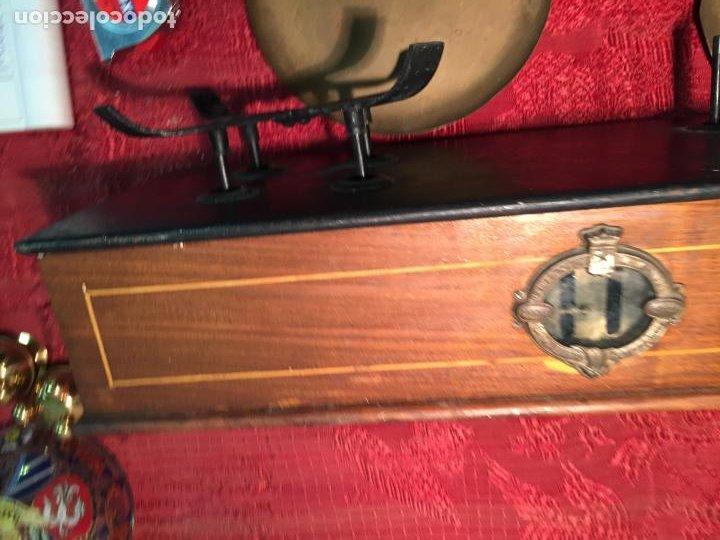 Antigüedades: Antigua báscula / balanza de madera y lata con platos de latón años 20-30 - Foto 12 - 196302778