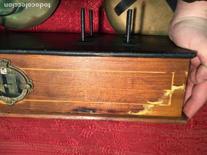 Antigüedades: Antigua báscula / balanza de madera y lata con platos de latón años 20-30 - Foto 13 - 196302778
