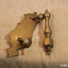 Antigüedades: PICAPORTE ALDABA DE BRONCE. Lote 196523843