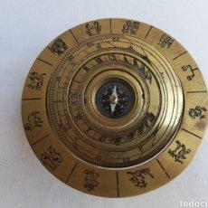 Oggetti Antichi: BRUJULA LATON. RELOJ SOLAR. HORÓSCOPO. Lote 196760945