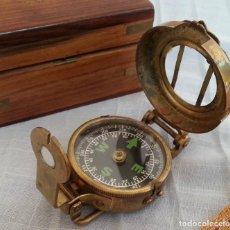 Antiquités: BRÚJULA NAVAL EN BRONCE DE LOS AÑOS 80. EN SU CAJA DE MADERA.. Lote 196770307