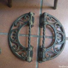 Antigüedades: PAREJA DE TIRADORES DE FORJA - GRAN TAMAÑO - RAROS -. Lote 196799805