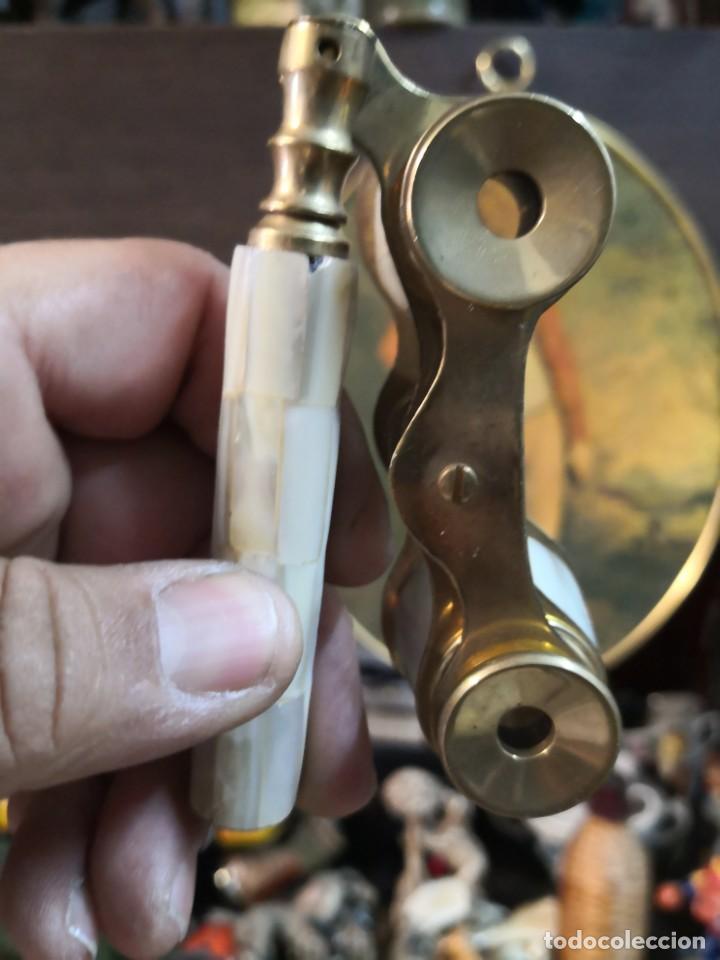 Antigüedades: PRISMÁTICOS DE TEATRO BINOCULARES IMPERTINENTES EN BRONCE Y NÁCAR con mango. BUEN ESTADO - Foto 6 - 196884161