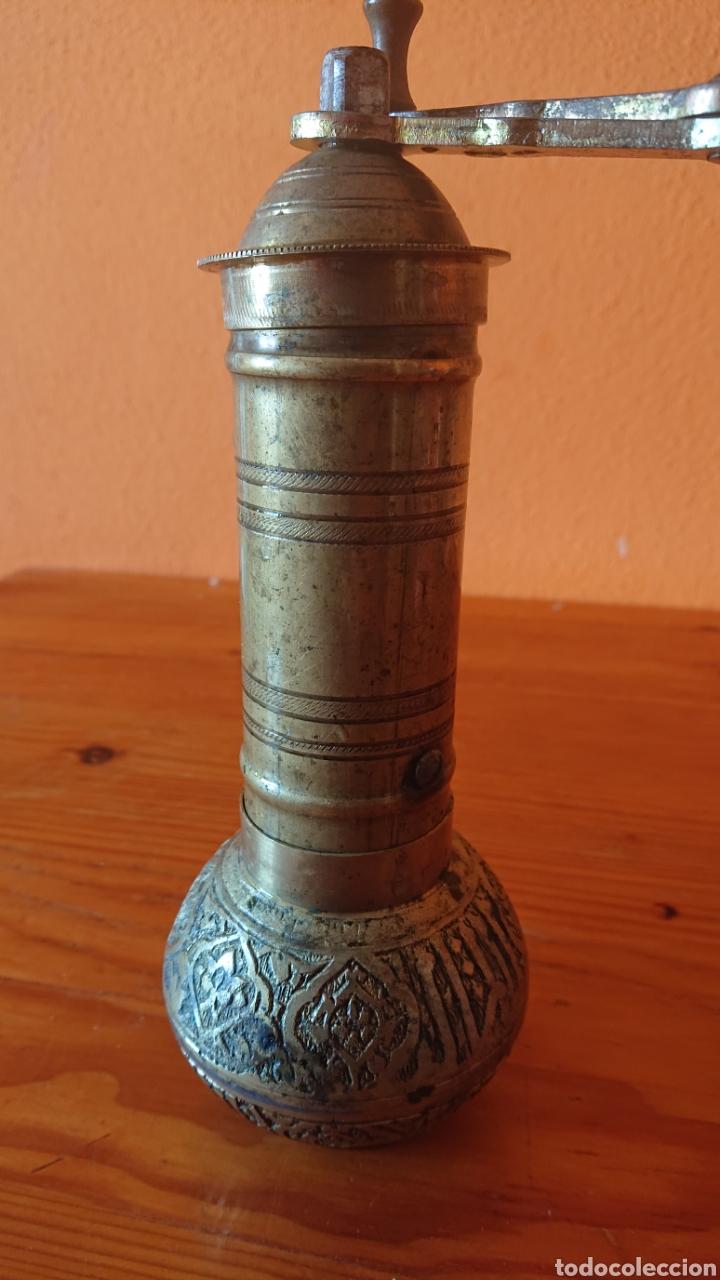 Antigüedades: Curioso molinillo antiguo de bronce - Foto 4 - 197191877