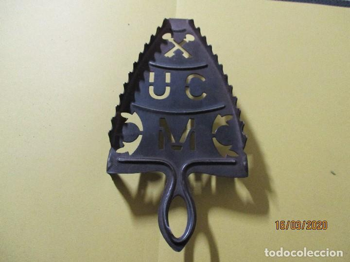 Antigüedades: ANTIGUO SOPORTE REPOSA PLANCHA DE HIERRO - Foto 2 - 197417395