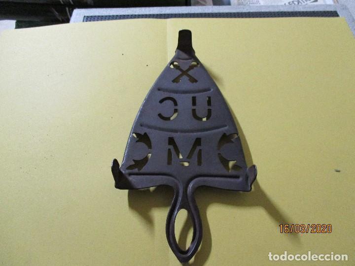 Antigüedades: ANTIGUO SOPORTE REPOSA PLANCHA DE HIERRO - Foto 3 - 197417395