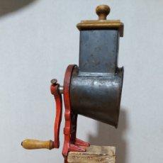 Antigüedades: ANTIGUO MOLINO RALLADOR ELMA 1430 B - CON PEANA PARA EXPOSICIÓN. Lote 197526903
