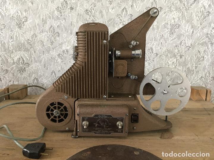 PROYECTOR MODEL PC-500 FUNCIONANDO A 125V. CON MALETÍN ORIGINAL Y EN MUY BUEN ESTADO (Antigüedades - Técnicas - Aparatos de Cine Antiguo - Proyectores Antiguos)