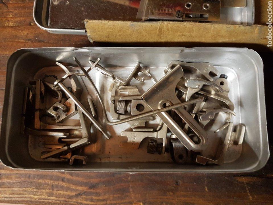 Antigüedades: Caja lata con accesorios maquina de coser - Foto 2 - 197861258