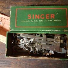 Antigüedades: CAJA CON ACCESORIOS MAQUINA DE COSER SINGER. Lote 197861438