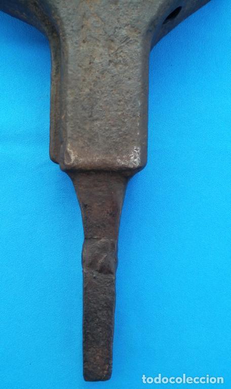 Antigüedades: YUNQUE BIGORNIA ANTIGUO EN HIERRO FORJA -S. XVII-. 34 CMS DE ALTO Y 10.5 KGR DE PESO. - Foto 4 - 197951220
