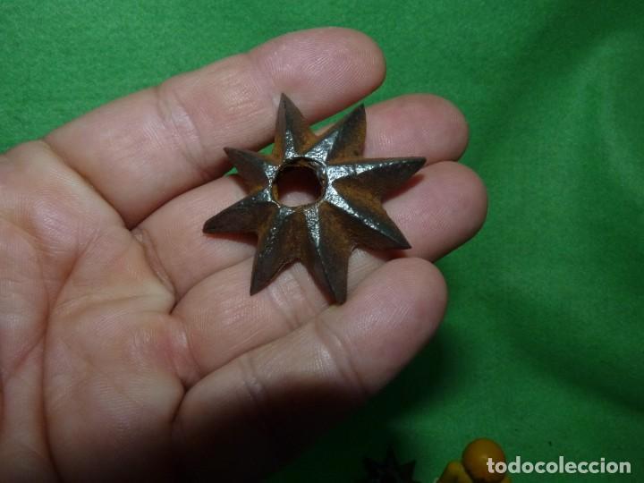 Antigüedades: Raro lote estrellas 8 puntas hierro forjado a mano adorno remate clavo portón madera XIX decoración - Foto 4 - 217194553