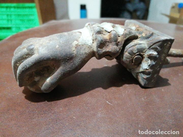 Antigüedades: Antigua aldaba picaporte llamador de hierro fundido mano con bola y anillo - Foto 4 - 198088881