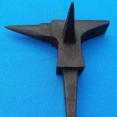 Antigüedades: YUNQUE BIGORNIA ANTIGUO EN HIERRO FORJA -S. XVIII-. 21 CMS DE ALTO Y 2.250 KGR DE PESO. . Lote 198408727