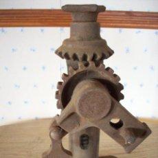 Antigüedades: ANTIGUO GATO MECANICO EN HIERRO FUNDIDO .. Lote 198463326