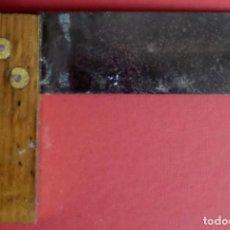 Antigüedades: ESCUADRA MADERA HIERRO Y REMATES DE LATÓN. Lote 198481036