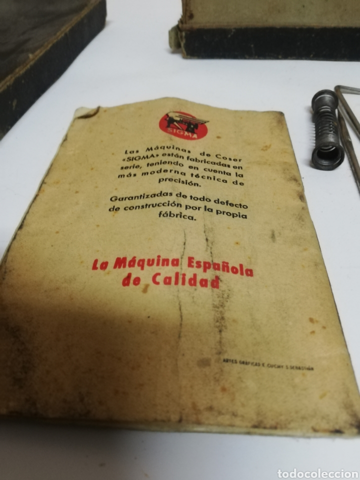 Antigüedades: ANTIGUA CAJA ENSERES O HERRAMIENTAS. SIGMA. MAQUINA COSER. LIBRO INSTRUCCIONES. - Foto 7 - 198566760
