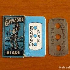 Antigüedades: FUNDA-SOBRE DE HOJA DE AFEITAR - SALVADOR BLADE - AZUL - CON CUCHILLA - AÑO 1944. Lote 198822901
