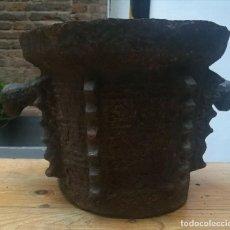 Antigüedades: MORTERO DE HIERRO CON CABEZAS DE PERRO CIRCA 1600. Lote 198825093
