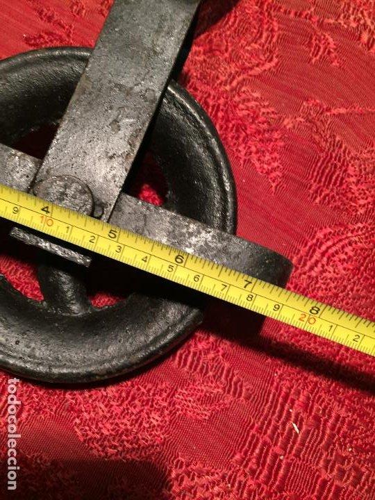 Antigüedades: Antigua polea / curriola de hierro colado con gancho de los años 20-30 - Foto 5 - 198946627