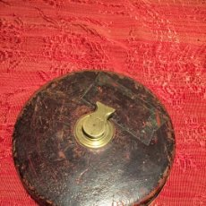 Antigüedades: ANTIGUA CINTA METRICA DE LATÓN Y DE CUERO AÑOS 40-50. Lote 199168790