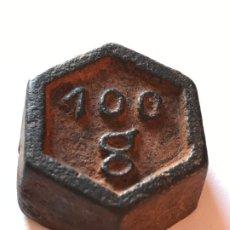 Antigüedades: PESA EXAGONAL - PONDERAL DE 100GR EN HIERRO CON SU PATINA Y CONTRASTES. Lote 199203077