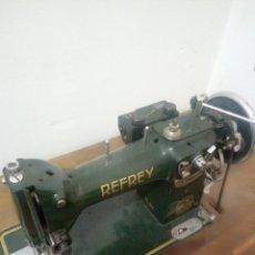 Antigüedades: MAQUINA INDUSTRIAL A PEDAL REFREY CL317 DE 1952 EN PERFECTO ESTADO DE CONSERVACION.. Lote 199208338
