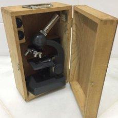 Antigüedades: ANTIGUO MICROSCOPIO EN ESTUCHE ORIGINAL DE MADERA. Lote 199295501