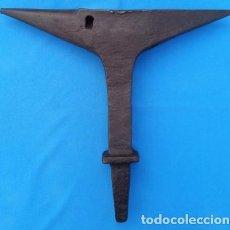 Antigüedades: YUNQUE BIGORNIA ANTIGUO EN HIERRO FORJA -S. XVIII-. 36.5 CMS DE ALTO Y 9.5 KGR DE PESO. . Lote 199327908
