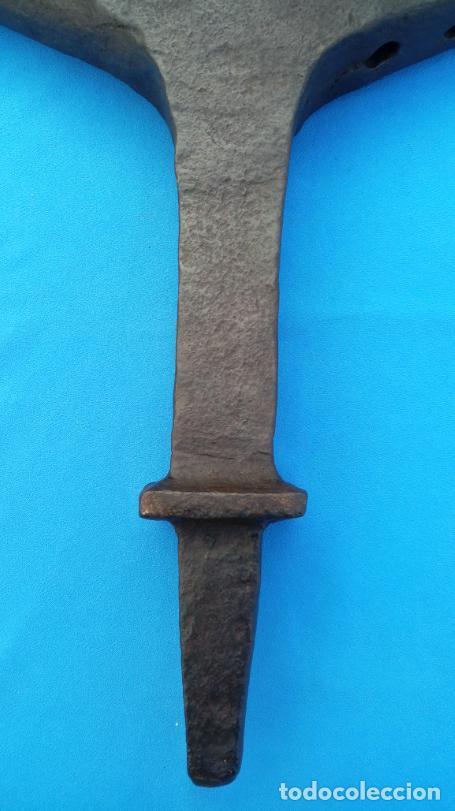 Antigüedades: YUNQUE BIGORNIA ANTIGUO EN HIERRO FORJA -S. XVIII-. 36.5 CMS DE ALTO Y 9.5 KGR DE PESO. - Foto 3 - 199327908
